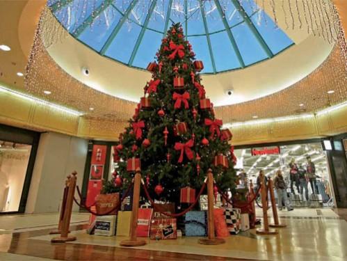 rbol de navidad interior de metros con adornos rojos para centro comercial