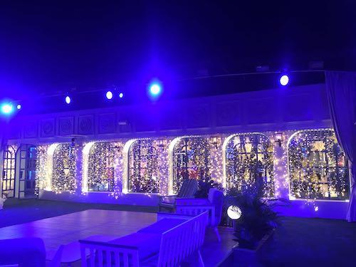 e351553f723 alquiler de cortinas de luces led tono blanco cálido para decoración  ventanales casa Gran Hermano 2017