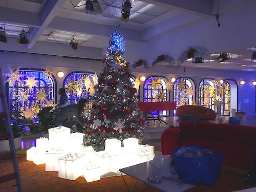 627a37f9020 abetos navideños de interior en alquiler personalizados con adornos  luminosos iluminación led blanca casa Gran Hermano
