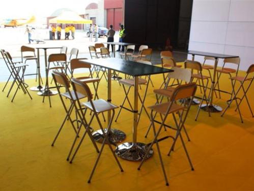 Alquiler de mesas altas rectangulares con taburetes