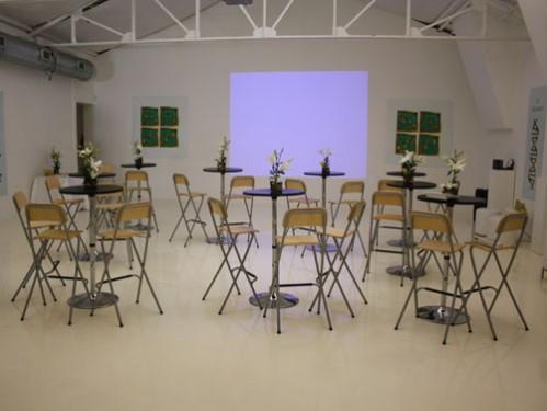 Alquiler de mesas altas, taburetes y pantalla en la presentación de Cosmetic
