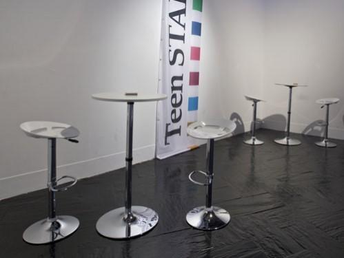 Alquiler de mesas altas blancas y taburetes Martini blancos