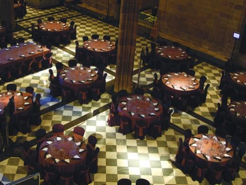 Alquiler y montaje de mesas redondas y rectangulares plegables vestidas con faldón en la Lonja de Barcelona