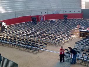 montaje de 800 sillas plegables de polipropileno y acero en plaza de toros para concierto