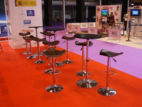 Alquiler de mesas altas y taburetes de diseño para feria