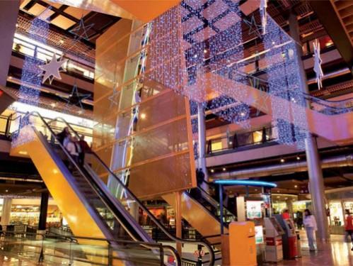 Montaje de cortina led en centro comercial
