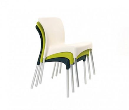 Alquiler de mobiliario y material para eventos ferias y for Sillas blancas apilables