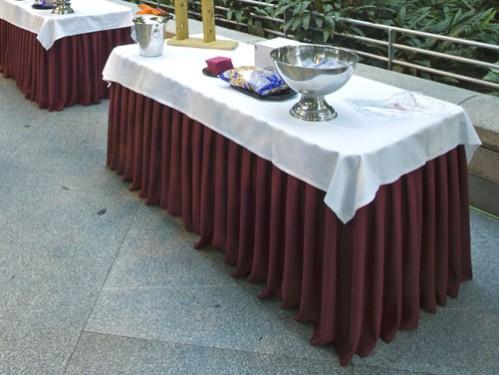 mesa faldon plisado burdeos mantel blanco