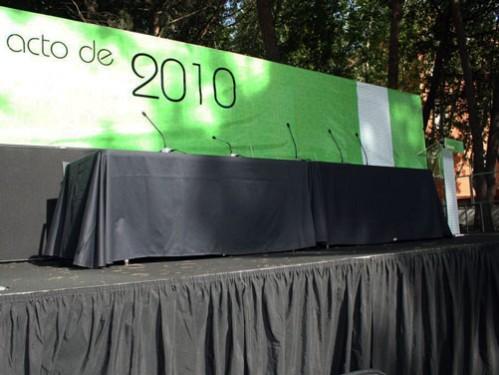 Alquiler de Mesa Presidencial con microfonía y fondo escenario para ceremonia de Graduación