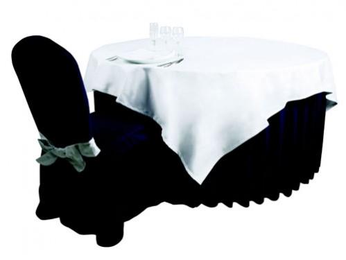 mesa redonda faldón negro tableado mantel blanco junto silla funda negra lazo blanco