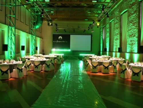 montaje mesas redondas vestidas con faldón y mantel y sillas con funda en Real fábrica de Tapices