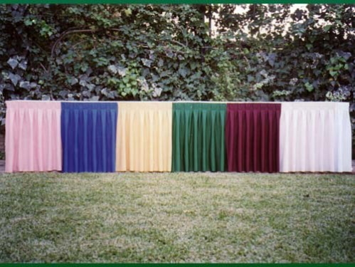 Muestras faldones sobre mesa larga colores Rosa,Azul, Beige, Verde; Rojo y Blanco