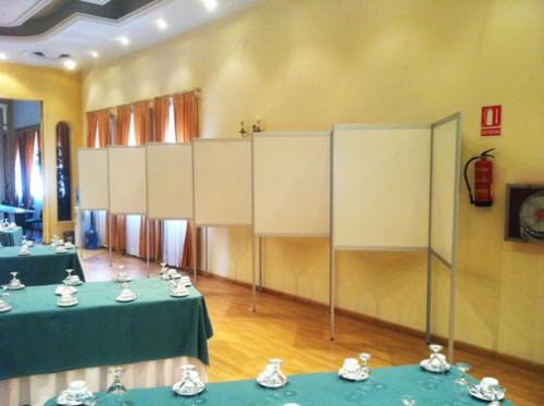Panel para exposiciones. Montaje en zig-zag de medios paneles
