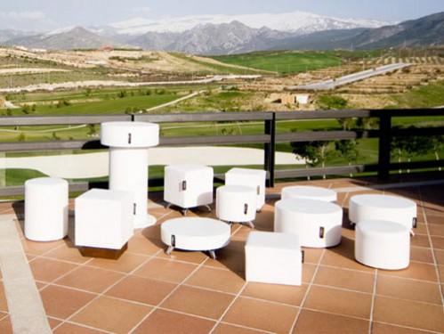 Alquiler de puffs blancos cuadrados y redondos en terraza hotel
